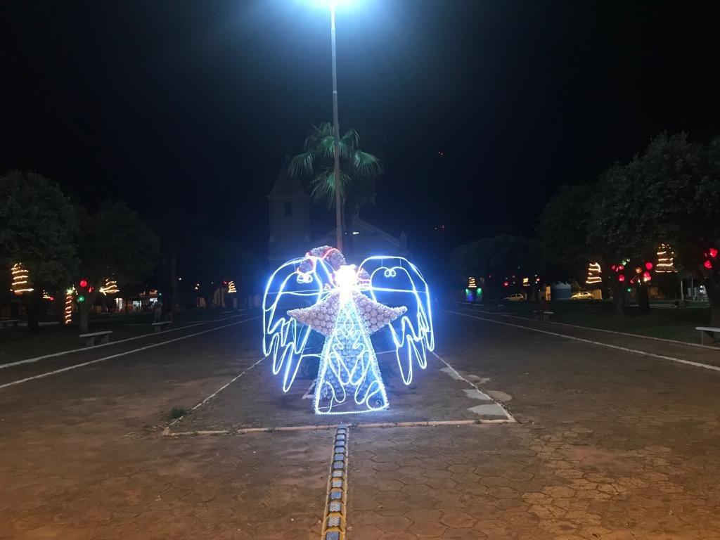 Luzes de Natal começam a iluminar a Praça de Ibiporanga; a decoração será inaugurada oficialmente hoje