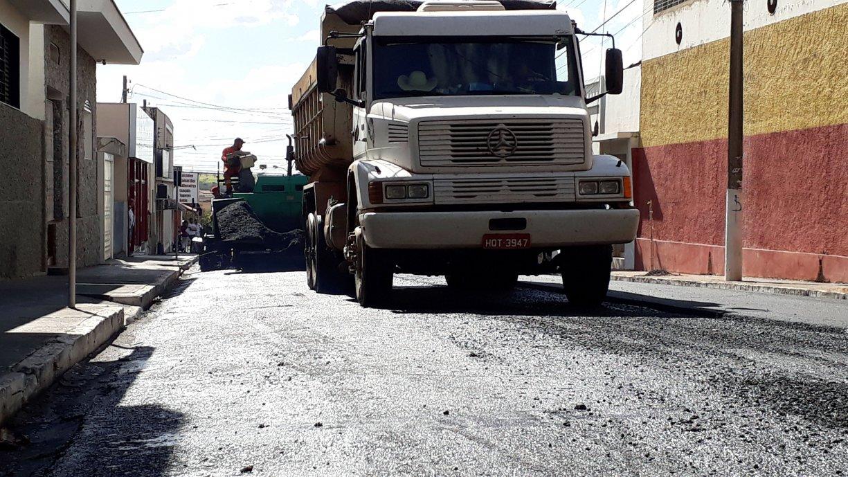Diversas ruas e trechos críticos da cidade estão sendo recapeados