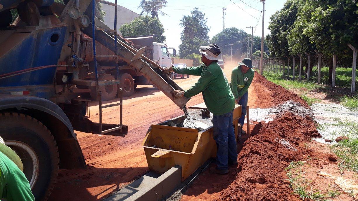 A Prefeitura está concluindo a construção das guias e sarjetas na Rua Acácio Lemes de Faria