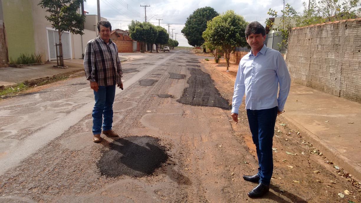 Serviços Gerais realizou tapa buracos na Rua Vitório Benfatti