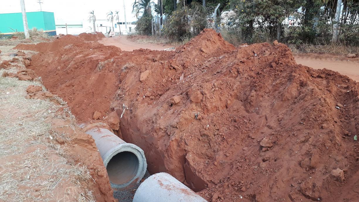 Prefeitura já instalou boa parte das tubulações da rede de águas pluviais na Rua Acácio Lemes de Faria. Em breve começam os trabalhos de pavimentação