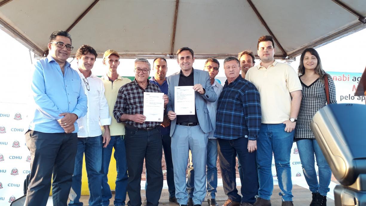 Foi assinado nesta sexta-feira o convênio para a construção de 184 casas CDHU