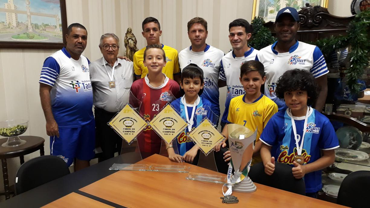 Prefeito Norair recebe em seu gabinete professores e atletas campeões e vice da Copa AME e Dani Cup
