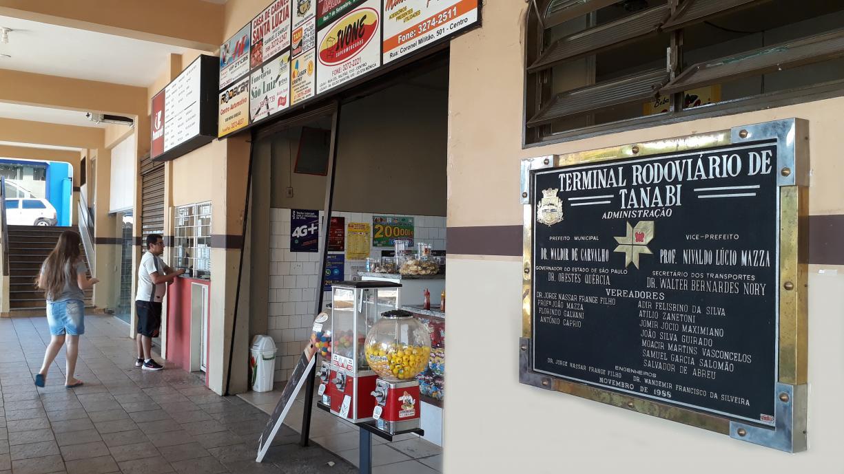 Placa inaugurativa do Terminal Rodoviário de Tanabi voltou ao seu local de origem