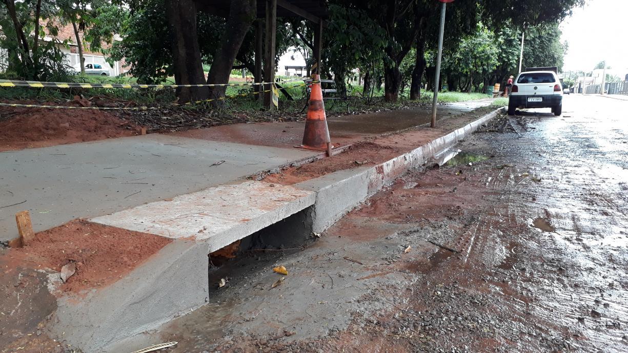 Prefeitura faz obra para melhorar escoamento da água da chuva na Avenida Diego Carmona Garcia