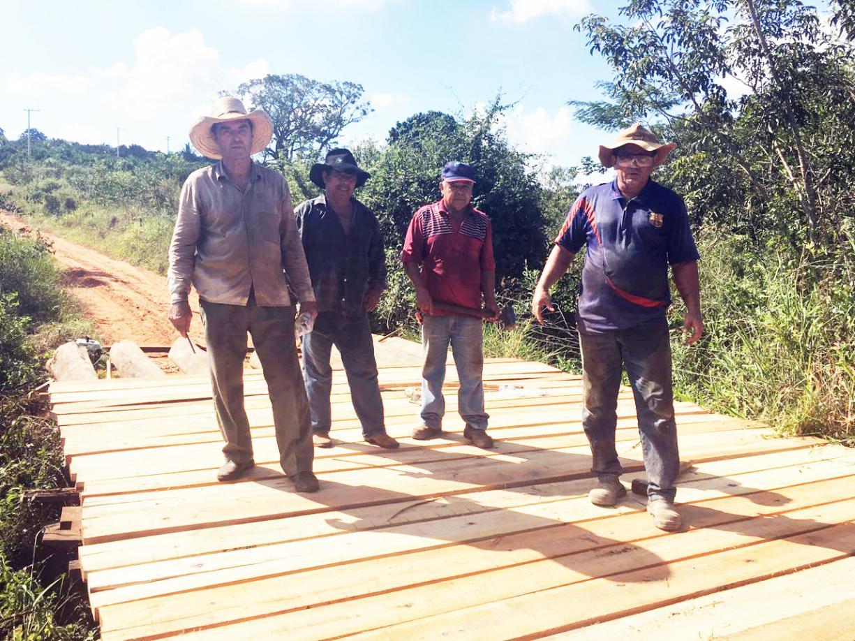 Prefeitura constrói nova ponte de madeira na estrada da Cambaúva