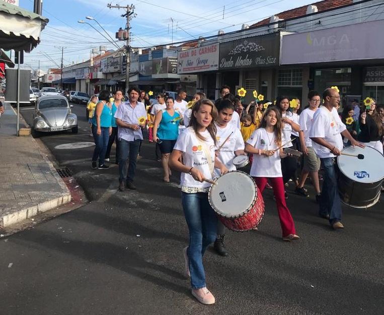 Crianças e adolescentes participam de caminhada em Tanabi contra violência sexual