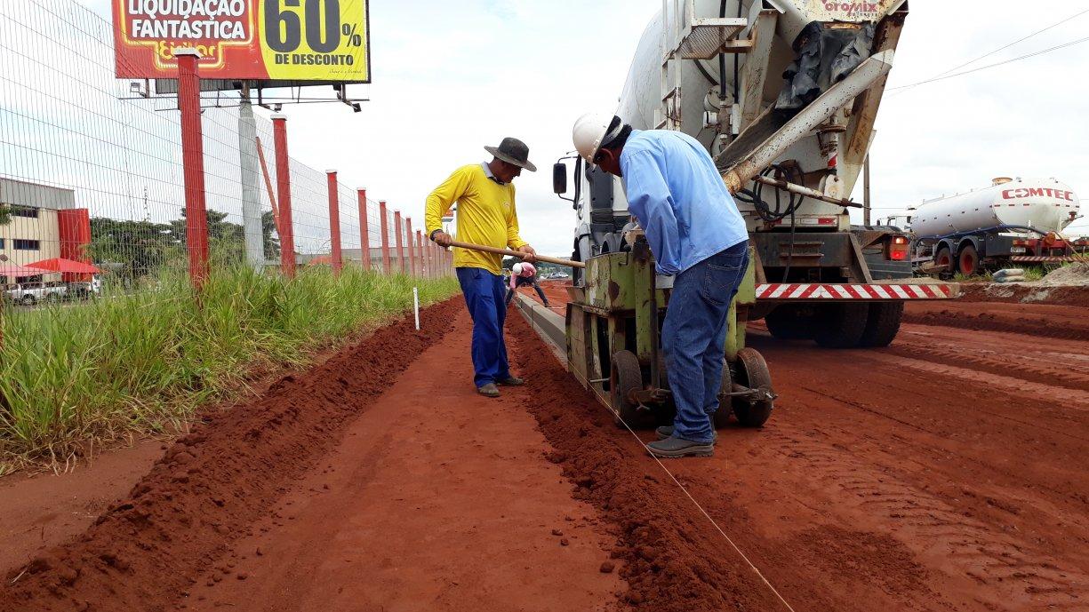 Prefeitura iniciou esta semana a construção das guias e sarjetas na Avenida Marginal Domingos Galego Dias