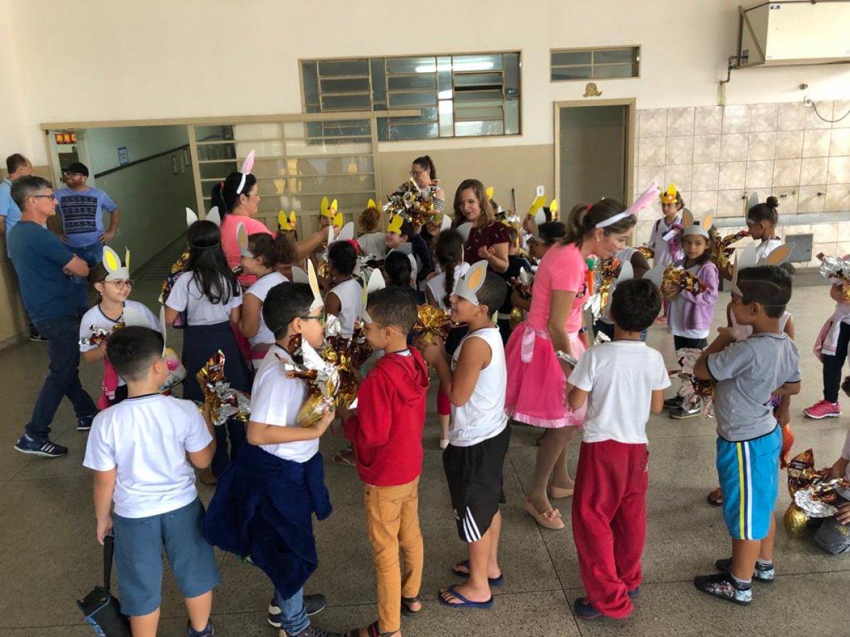 Crianças recebem ovos de Páscoa do Fundo Social de Tanabi