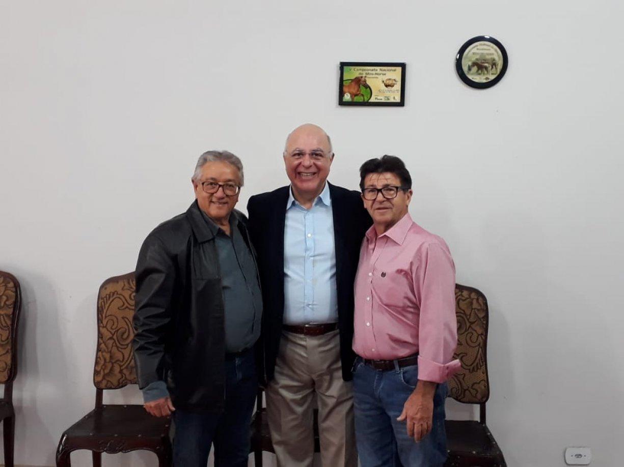 Norair e Orlando Escriboni entregam ofício ao deputado Arnaldo Jardim solicitando uma escavadeira hidráulica para o município
