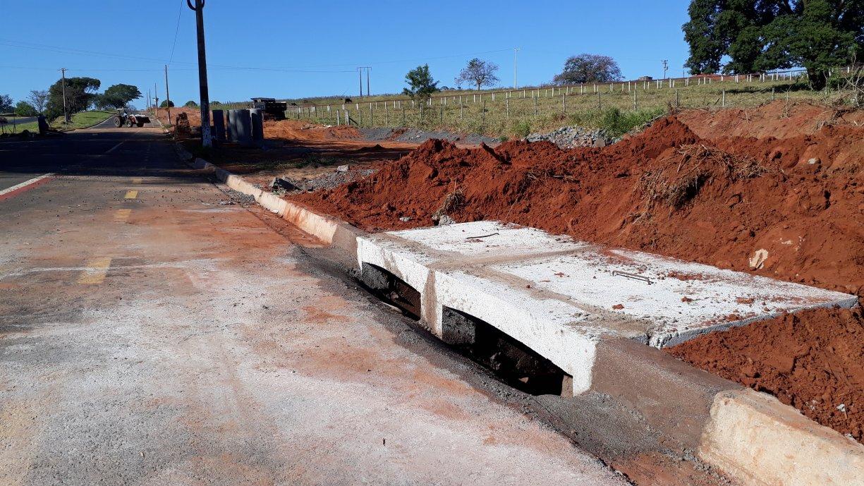 Prefeitura esta construindo bocas de lobo para o escoamento da água das chuvas na Avenida Marginal Domingos Galego Dias