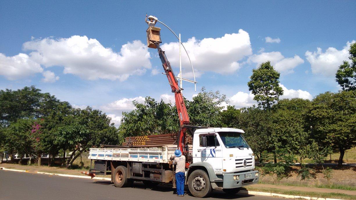 A Prefeitura está substituindo as lâmpadas na Avenida Diego Carmona e Ibiporanga