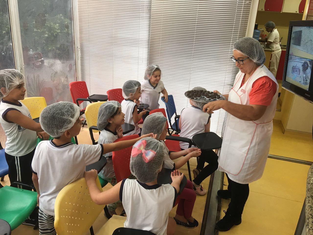 Alunos da escola Ganot participam de atividades na Unidade Móvel de Nutrição do SESI-SP