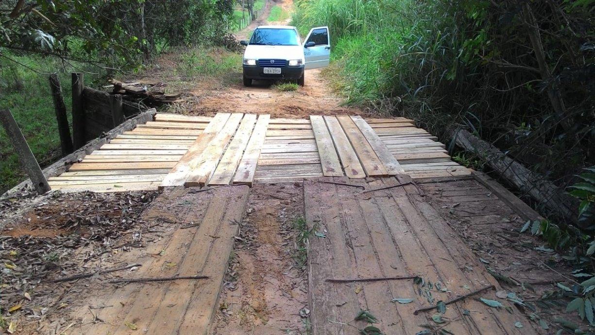 Prefeitura realiza a manutenção da ponte rural no Bairro Perobinhas