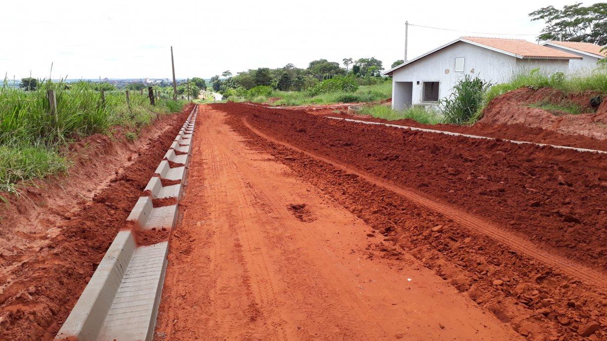 As guias e sarjetas da Rua Amadeu Cola no Bairro de Ibiporanga já estão sendo construídas