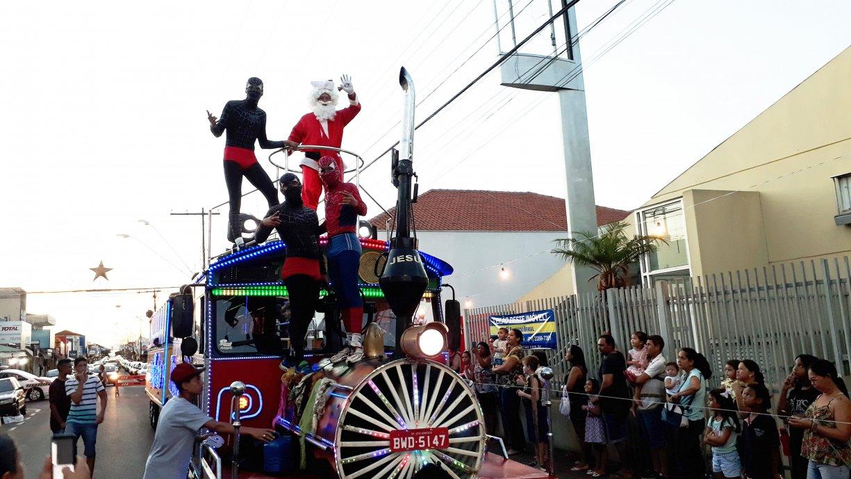 ACIT e Prefeitura Municipal promoveram chegada do Papai Noel com Trenzinho da Alegria em Tanabi