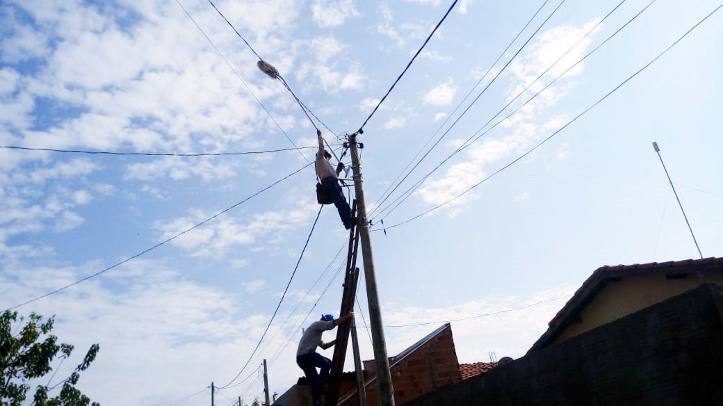 Prefeitura instala braços de luz no bairro Sitio do Estado