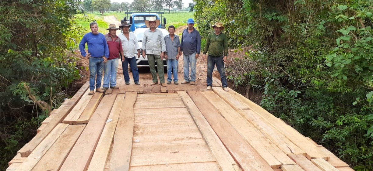 Parceria entre prefeituras recupera ponte de madeira no Bairro da Grama