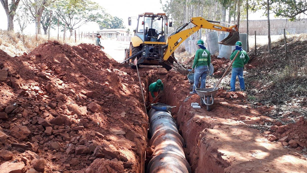 A Prefeitura está concluindo a instalação das tubulações da rede de águas pluviais na Rua Acácio Lemes de Faria